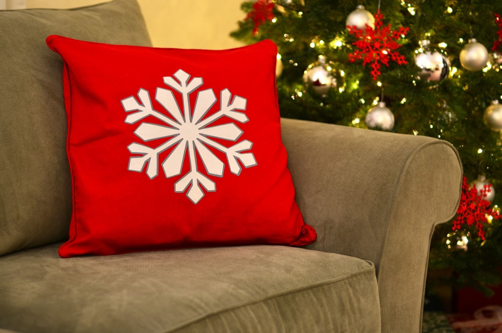 Felt Holiday Pillows - Christmas DIY